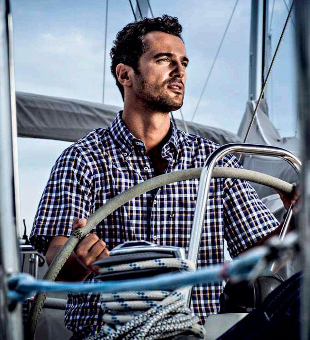 uomo-sulla-barca-camicia-quadri-blu.jpg (638×700)