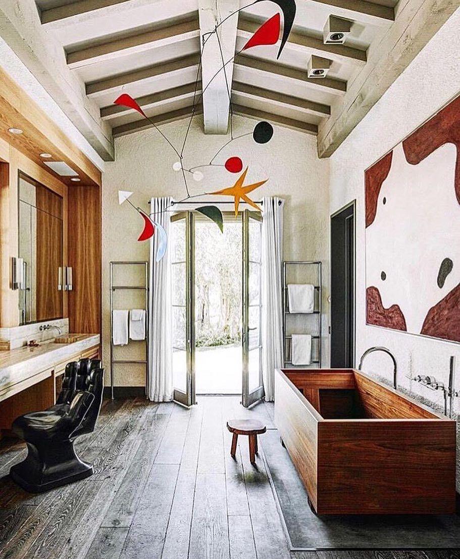 De Perfecte Versie Van Een Badkamer Met Uitgesproken Features Als Het Houten Bad En Een Mobile De Openslaande Deuren Architectural Digest Badkamer Houten
