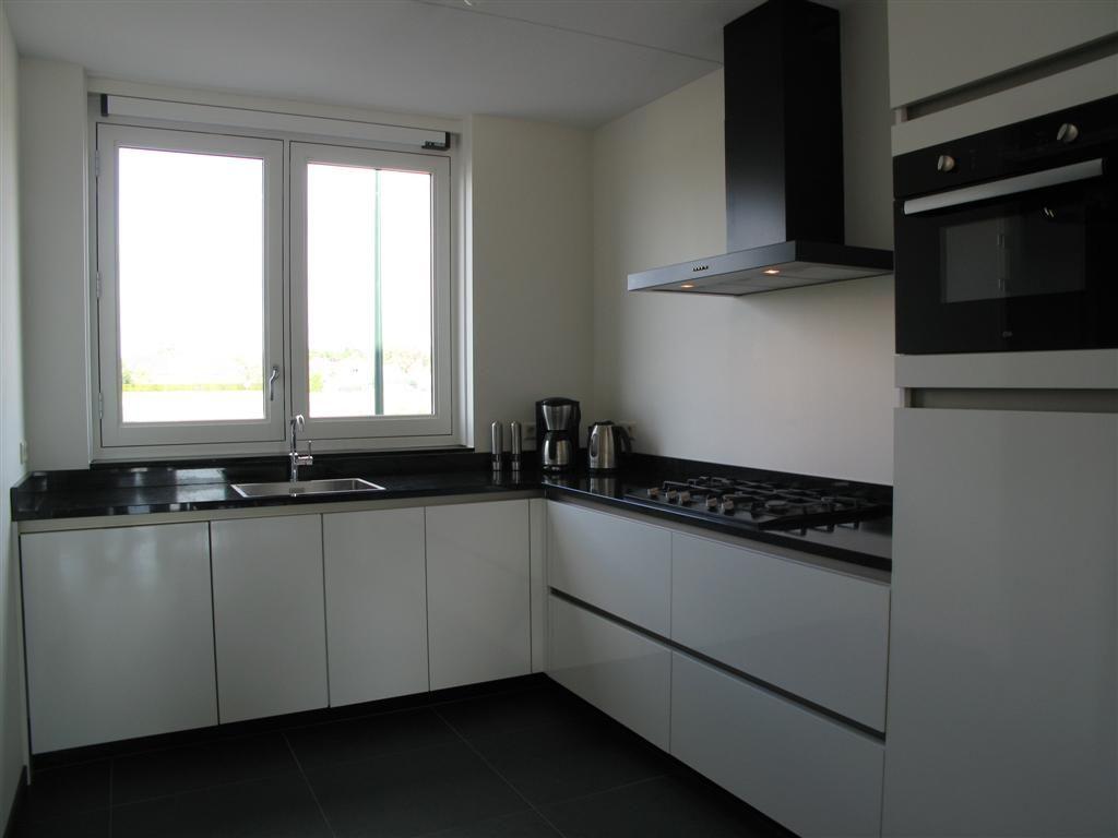 Keuken Moderne Zwart : Moderne greeploze hoogglans keuken met zwart apparatuur etna