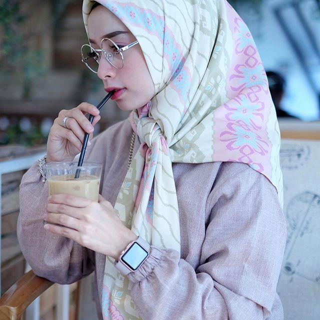 Secangkir ice coffee 😁 Btw i love this pattern hijab square , thanks @atalascarves