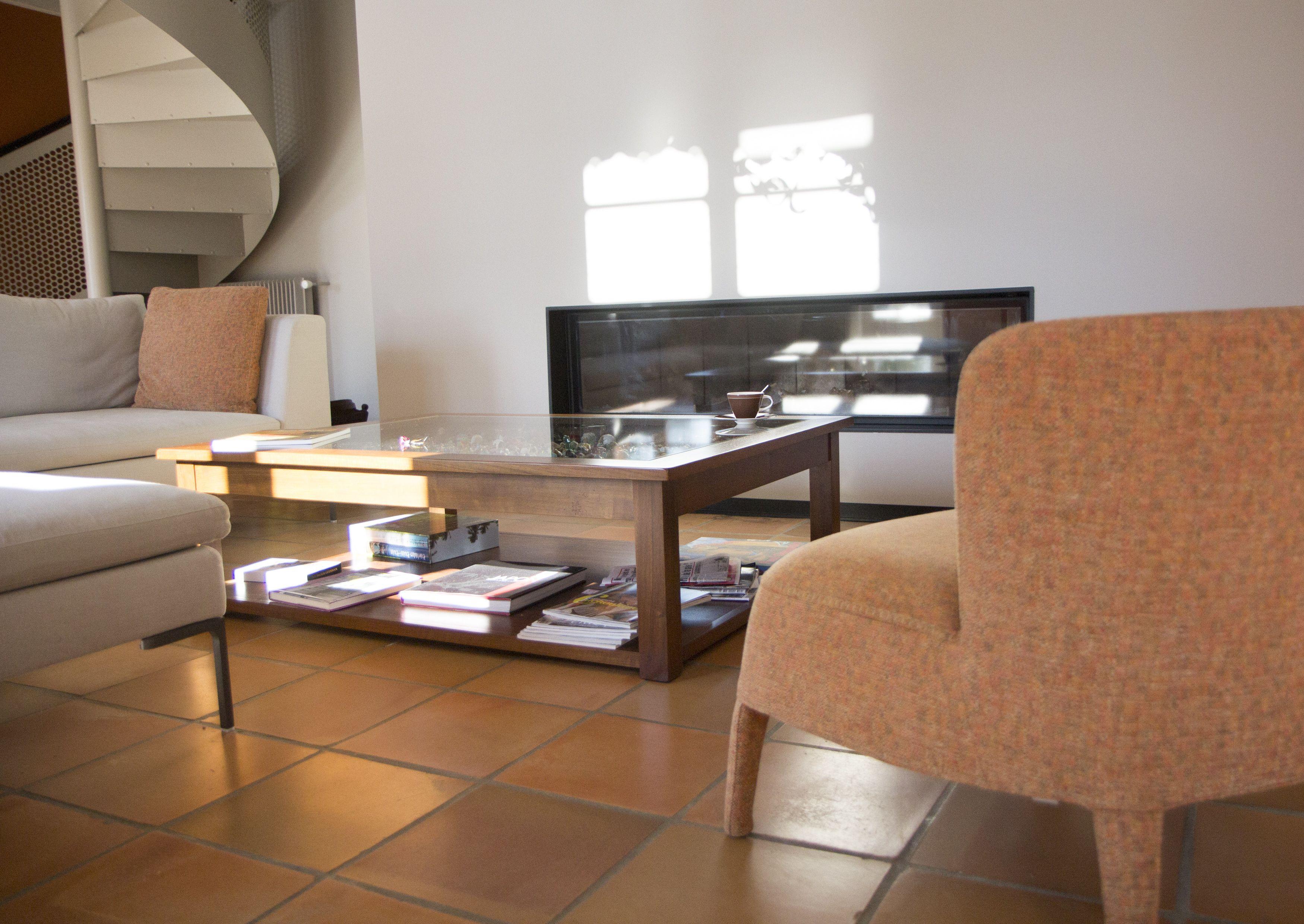 rnovation maison de campagne salon teinte chaude ambiance chaleureuse chemine focus - Rnovation Maison De Campagne