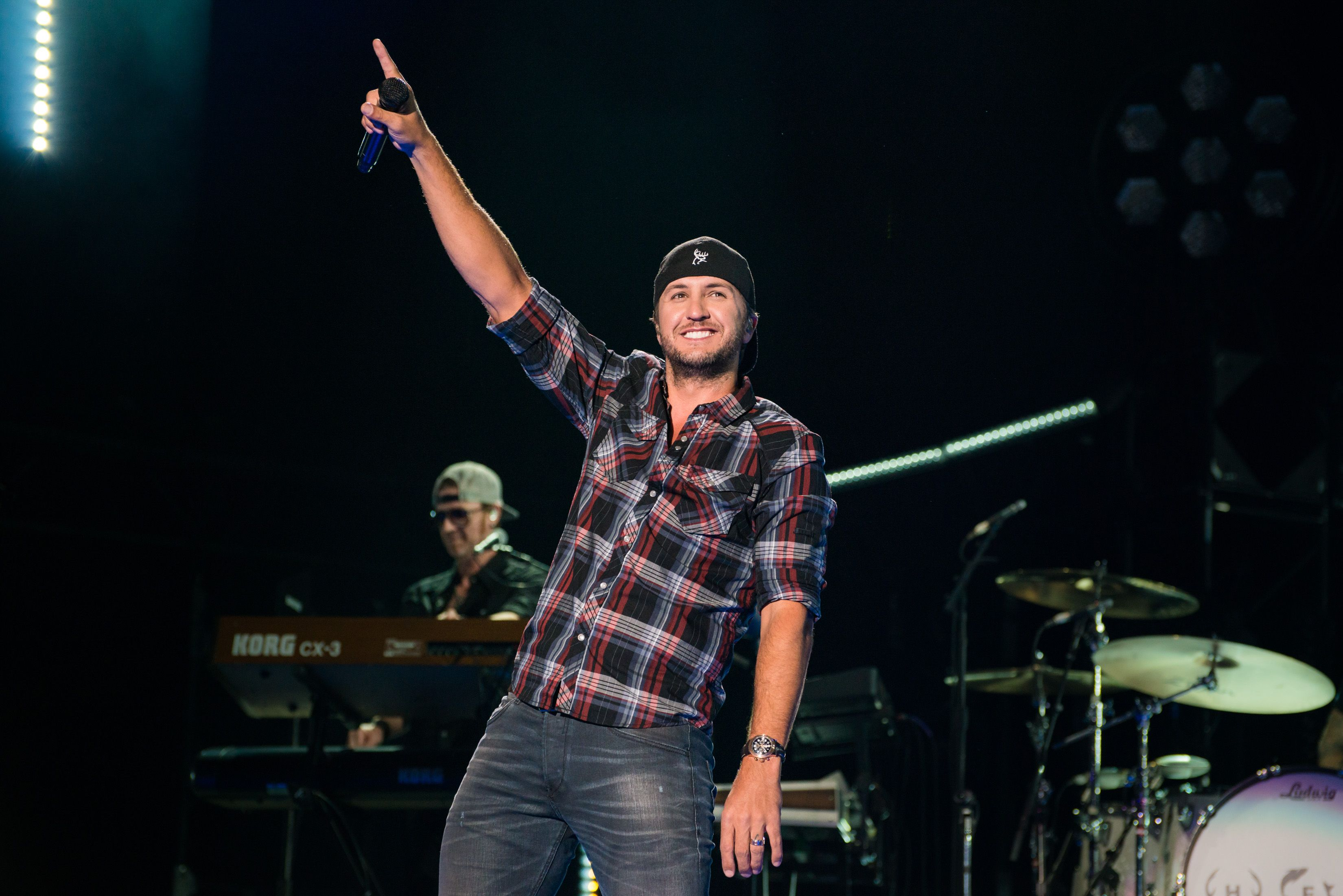 Win Tickets And Meet Greet Passes For Luke Bryans 2017 Farm Tour