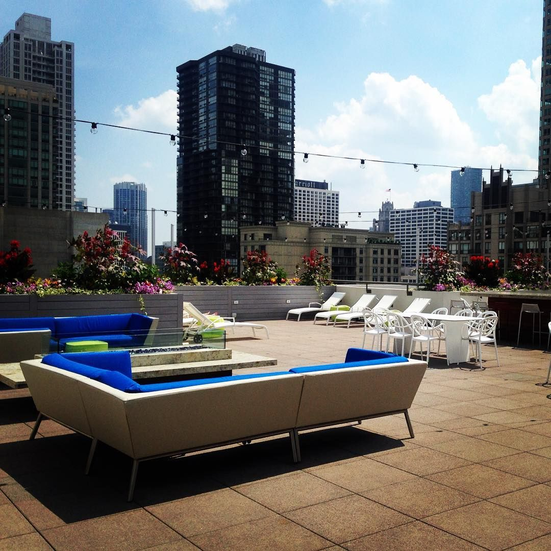 Rooftop Deck With Plenty Of Lounge Space At West 77 Apartments In Chicago Affordable Apartments Apartment Communities Rooftop Deck