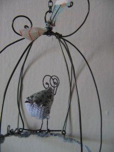 """Ces derniers temps, les pinces et les aiguilles chauffent dans mon atelier...( et mes mains aussi...hum)... donc encore une fournée de nouvelles cartes et petites cages pour la boutique """"34 oct"""" et une floppée de petites """"puces"""" oiseaux et champignon..."""