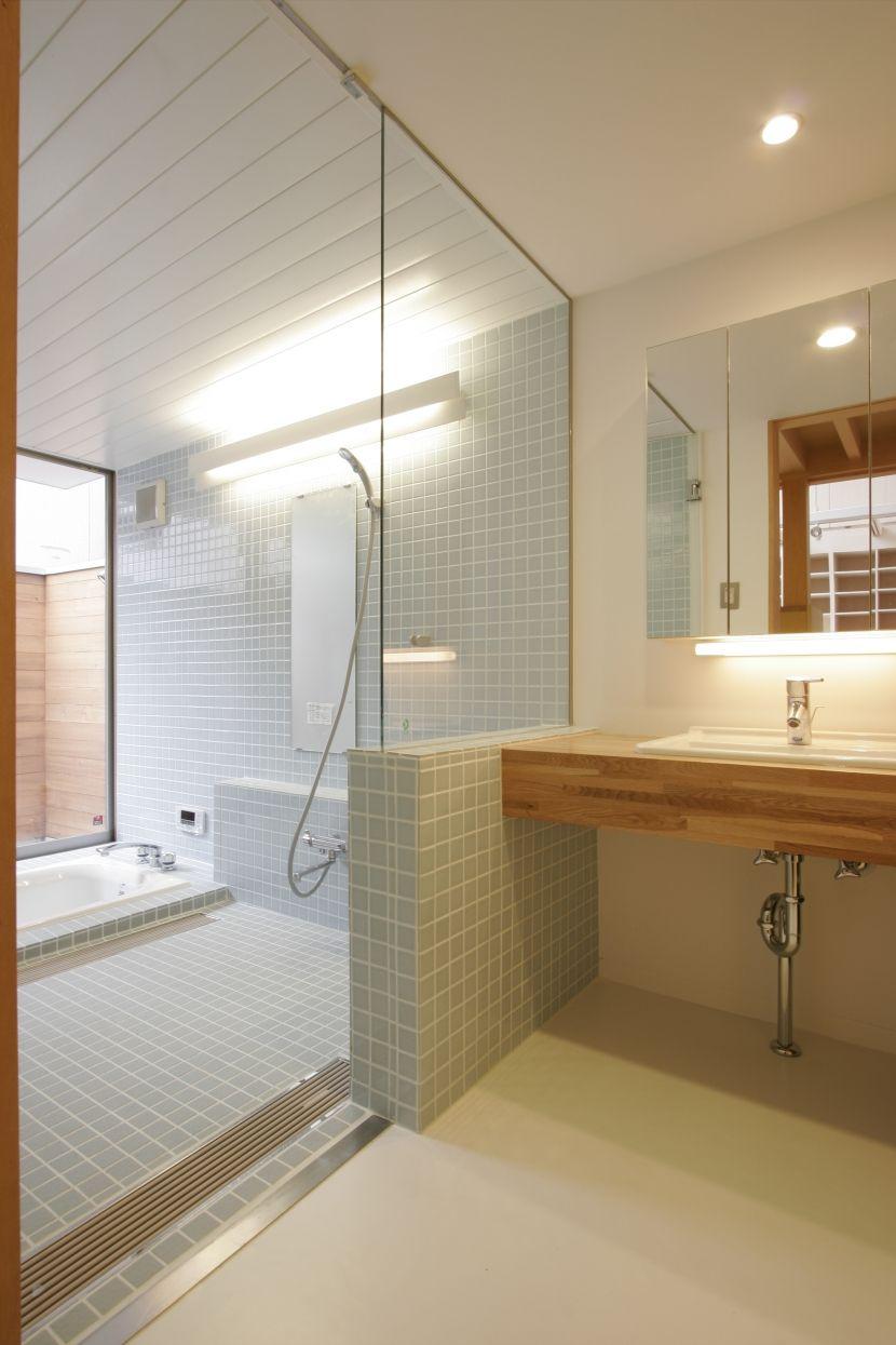 愛犬を浴槽に入れやすくするため 浴槽は床に埋め込む形で跨ぎ高さを