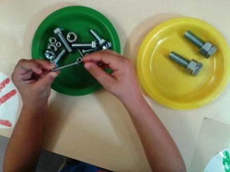 dans ma classe : visser-dévisser | Montessori blog, Cahier de ...