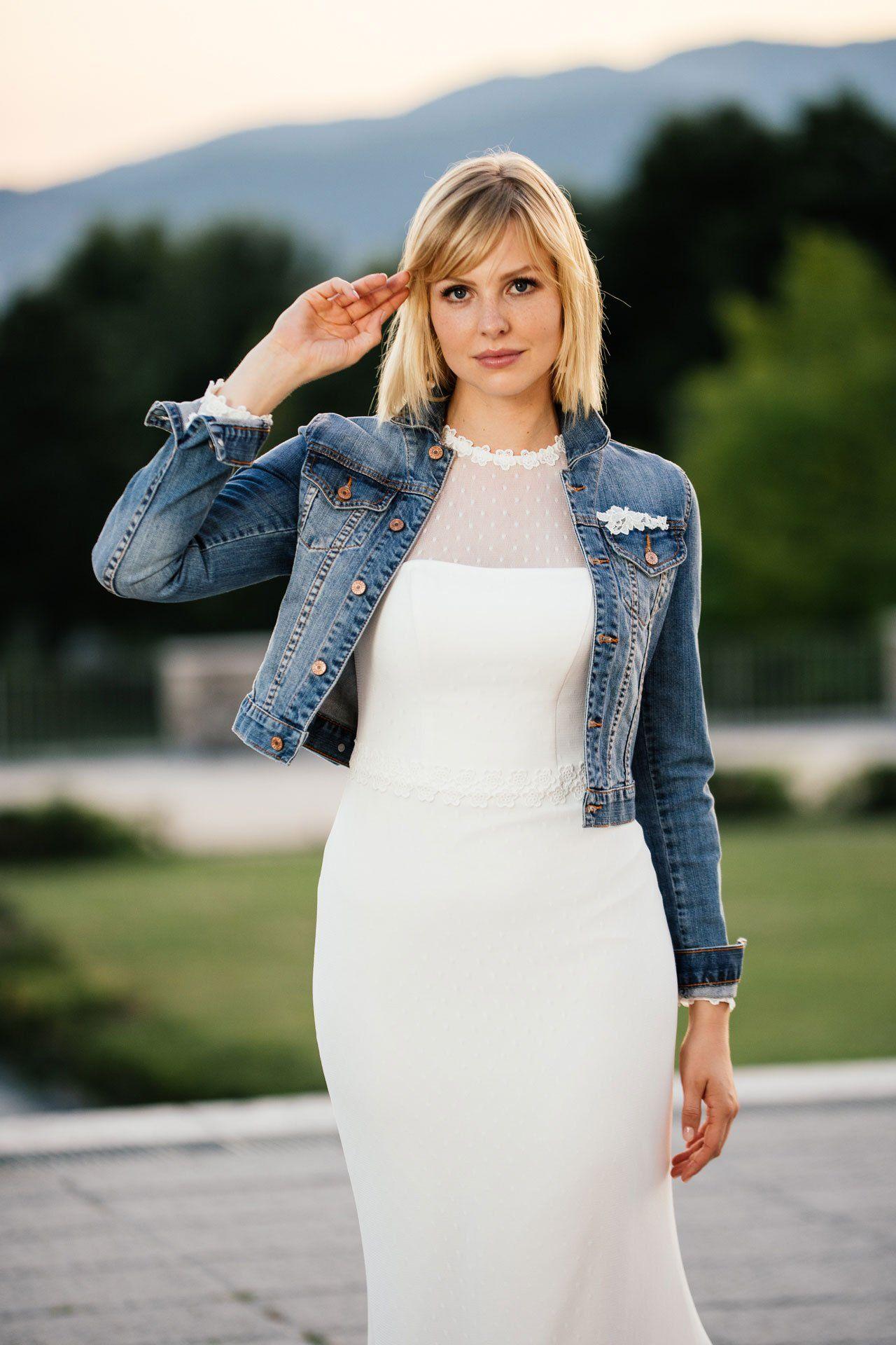 Hochgeschlossenes Brautkleid + knackig coole Jeansjacke = ein echt ...
