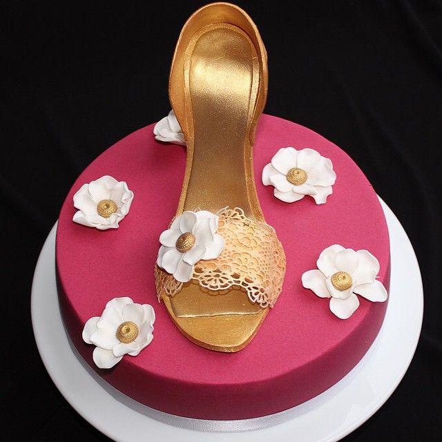 Und hier noch eine Schönheit.. Ein pinkes Schokotörtchen mit goldenem High Heel #cake #torte #foodporn #pink #gold #highheel #shoe