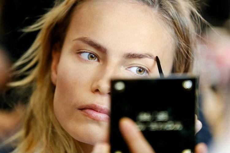 Maquilhagem Passo a Passo - Sobrancelhas. As sobrancelhas dão expressão, acentuam ou reduzem a personalidade e marcam o rosto. As sobrancelhas têm um...