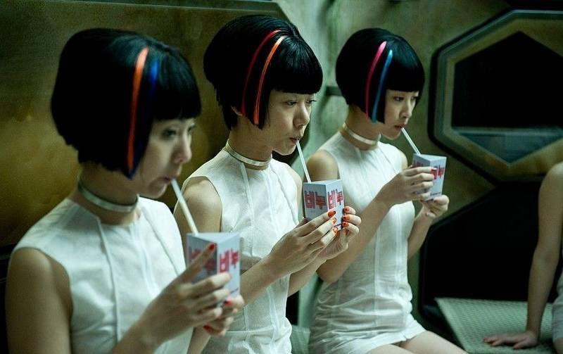 Neo Seúl, Corea, 2144. Vemos trajes ceñidos y cortos, de un material que pareciera desechable ( que concuerda con el tema de los clones humanos que son desechados y reutilizados como si de basura se tratara)
