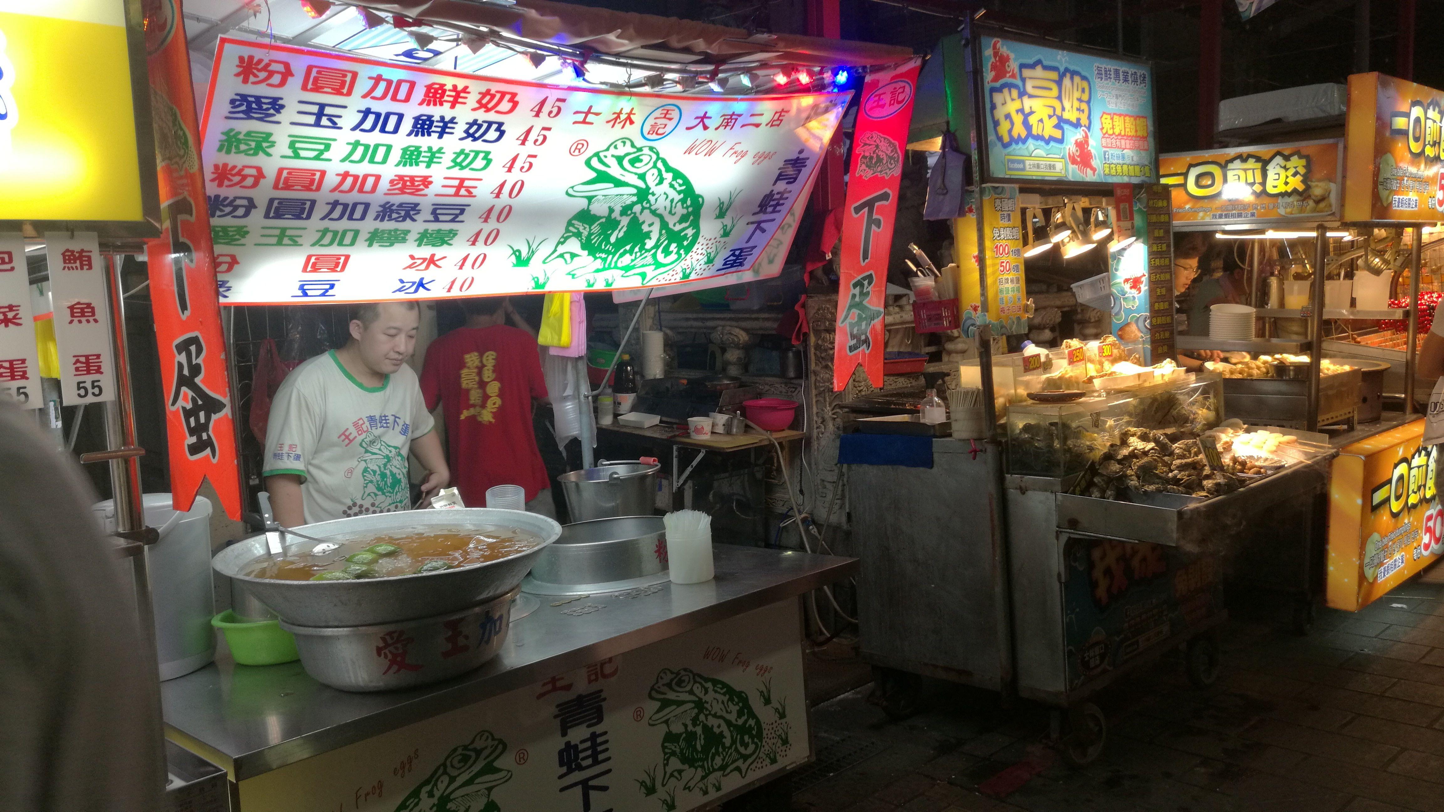 Puesto de huevas de rana en un mercado nocturno