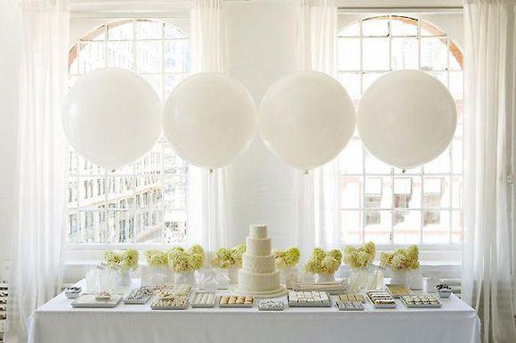 non impazzisco per tanti fiori su un tavolo dove c'è del cibo, però questa è una delle sweet table che preferisco :)