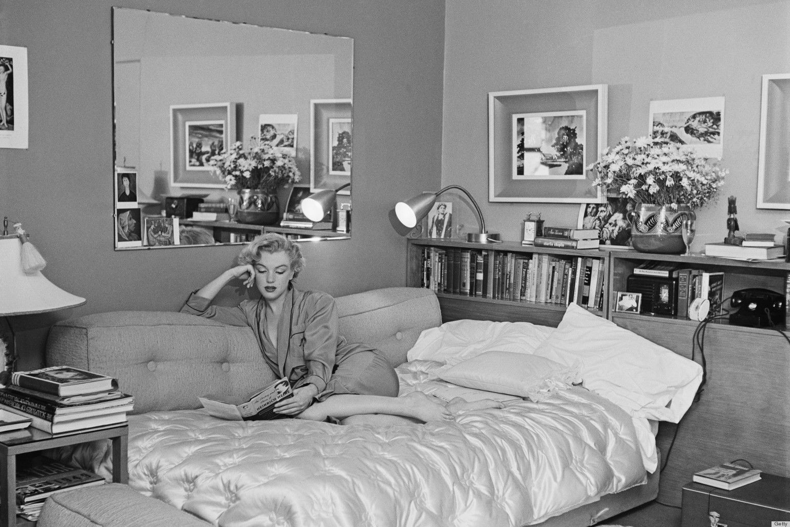 Marilyn Monroe Lying In Bed With Flower Pose Marilyn Monroe Photos Marilyn Cecil Beaton