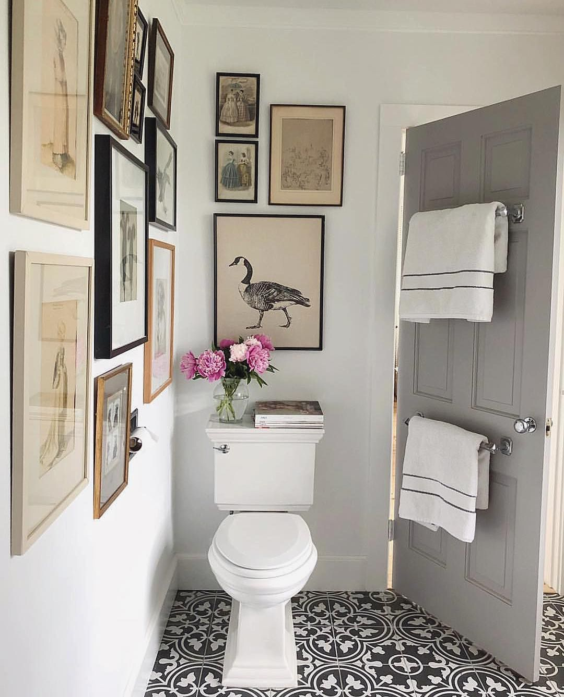 Me encanta la idea de llenar de cuadros el baño, puede ...