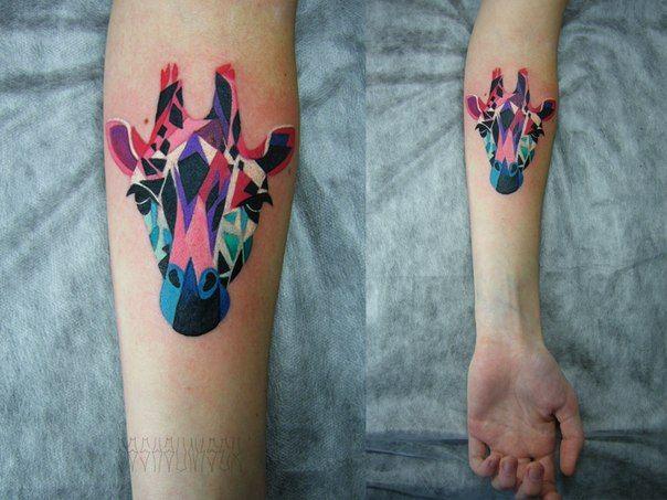 Sasha Unisex Y Sus Coloridos Tatuajes De Acuarela Tatuajes De Jirafa Tatuaje A Color Tatuajes Geometricos De Animales