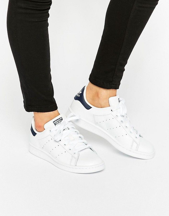 adidas Unisex White And Navy Stan Smith Sneakers Fall    adidas Unisex hvid og marineblå Stan Smith sneakers   title=          Fall