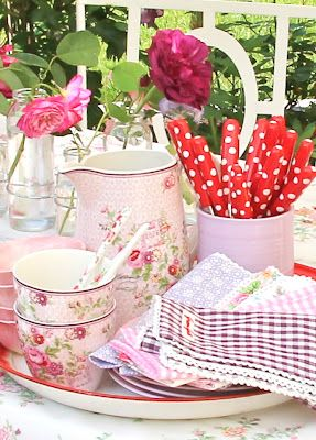 Pretty china & polka dot cutlery ... what's not to love?! :0)