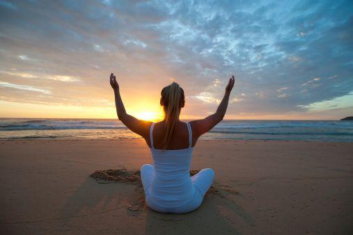 瞑想する若い女性