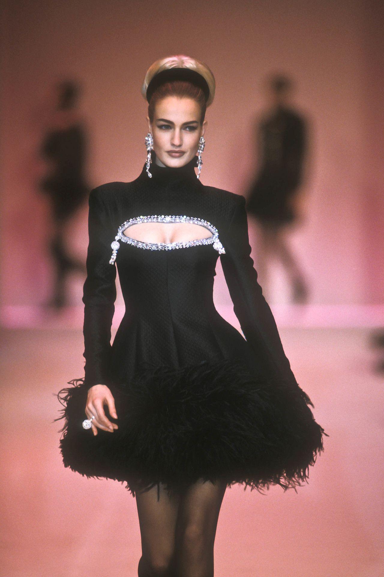 Karen Mulder at Chloé F/W 1991 - #90s #chloe #details #karen #Mulder #runway