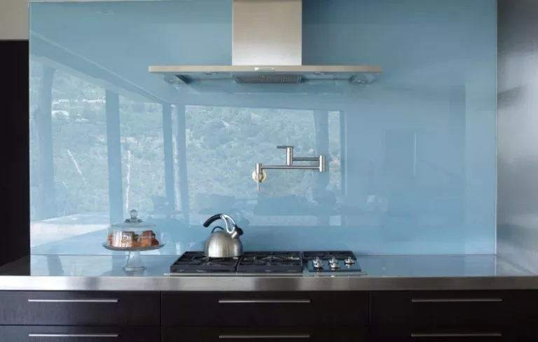 Solid Kitchen Backsplashes Are an Alternative to Tiles