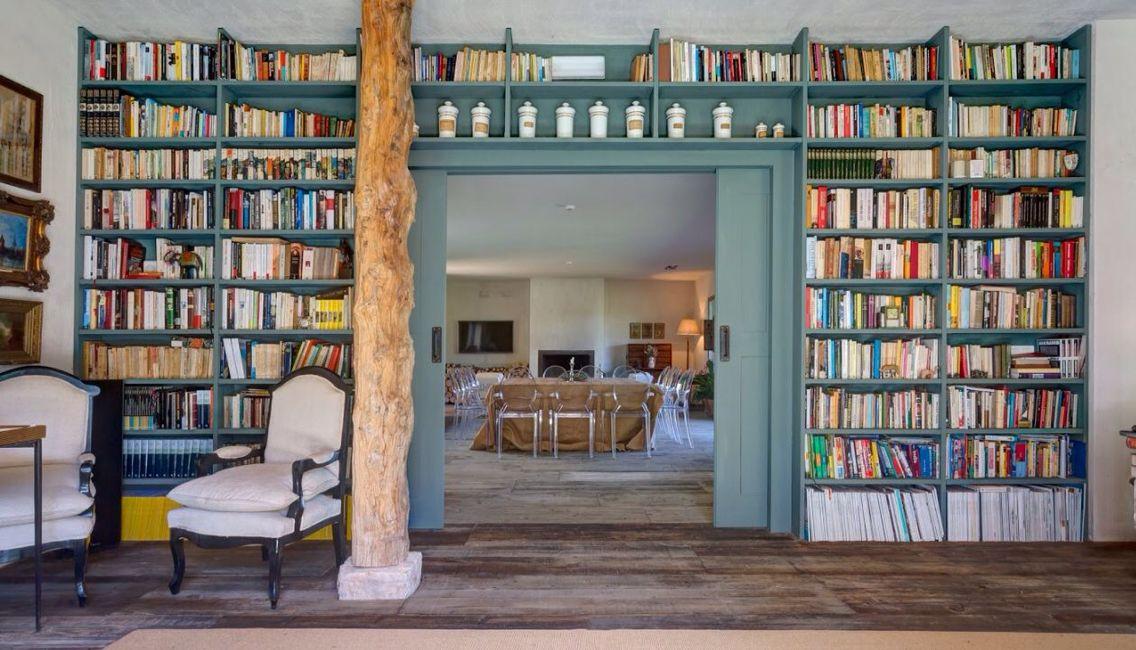 Biblioteca y puertas correderas a medida para el Hotel Finca Fuente Techada en Sotosalbos, Segovia.