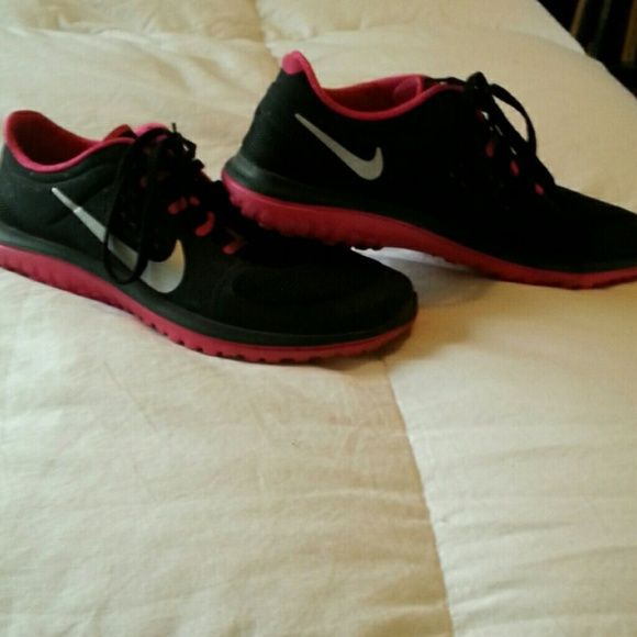 Women's nike running shoes Size 8.5 women's black/pink nike's used good  condition Nike Shoes