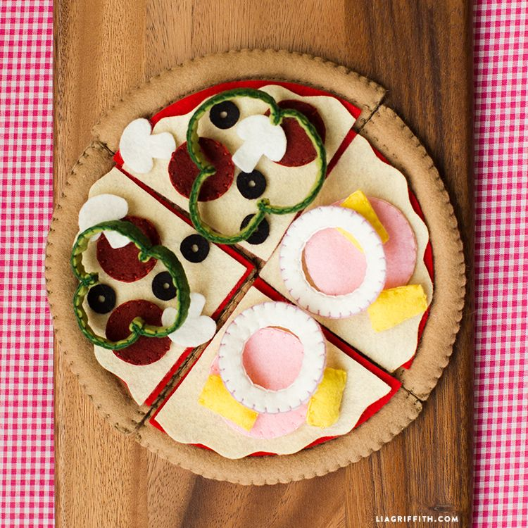 Play Pizza Made From Felt Busy bags Felt crafts diy