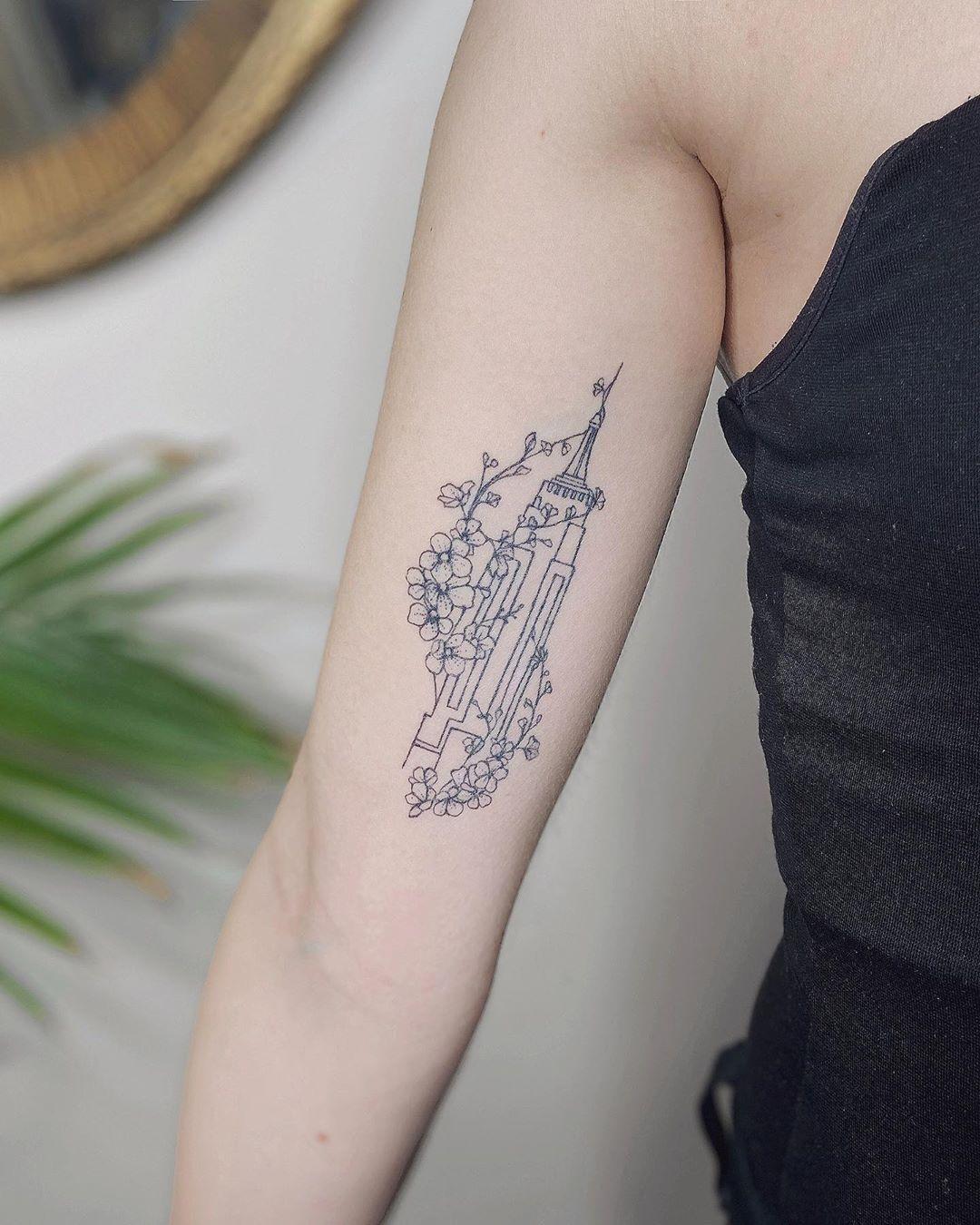 New York I love you! 🤍🗽 1 year healed Empire State for Dominique . . . . #flowerstattoo #empirestate #wildflowertattoo #darkartists #blacktattooart #tattoodo #radtattoos #tattoo2me #btattooing #skinartmag #inkjunkeyz #thebesttattooartists #TAOT #tattooideas #brooklyn #onlyblackart #tattrx #flowerbouquet #empirestatebuilding #tattoooftheday #loveflowers #cherryblossom #flowertattoo #flowerlove #cherryblossoms #fleurnoiretattoo