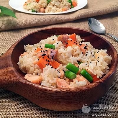 三文魚炒飯的做法 ! 一盤美味營養的炒飯 ~