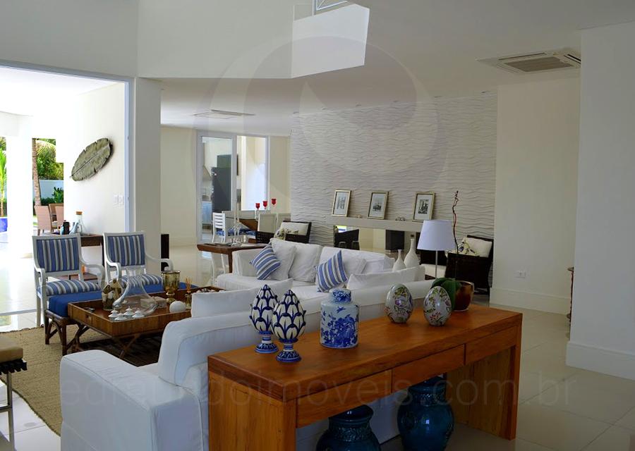 sof s revestidos em tecido branco chaise longues e poltronas foram dispostos de forma a. Black Bedroom Furniture Sets. Home Design Ideas