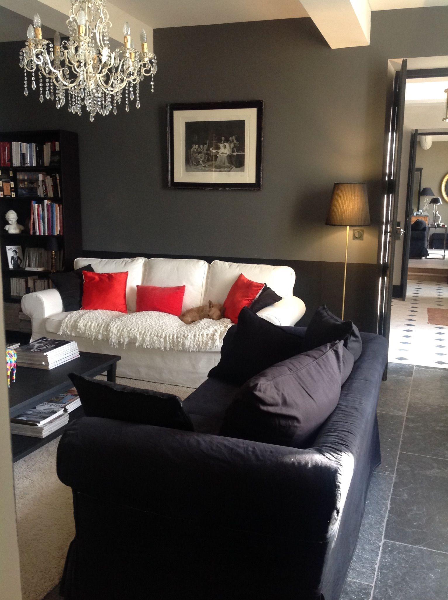 Deco salon foncé, mur noir et gris anthracite, sol pierre noire