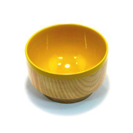 抹茶やカフェオレなどにつかえる大型カップ。   両手で抱えるように持つと、指が器のくぼみにフィットするここちよさ。   熱が伝わりにくいので、長時間持っても安心な木と漆の器です。