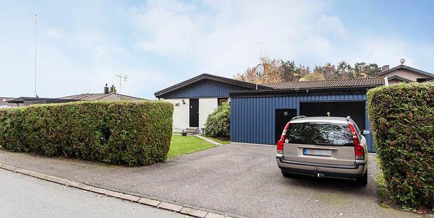 แบบบ้านชั้นเดียว แต่งบ้านผนังอิฐสีขาว หลังคาสีน้ำเงิน พร้อมดรงรถ