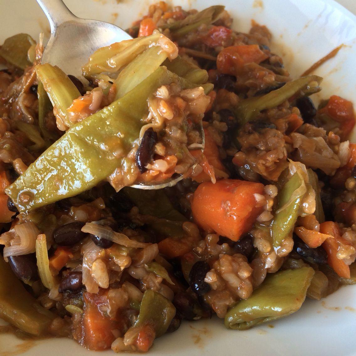 Estofado de verduras, judías  negras y arroz integral.