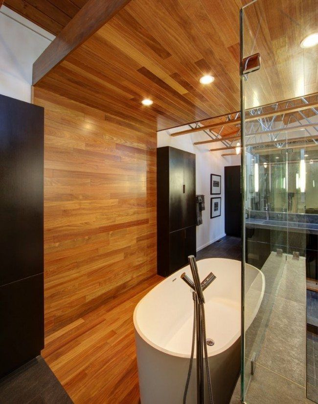 faux plafond bois, éclairage LED intégré, carrelage mural noir et