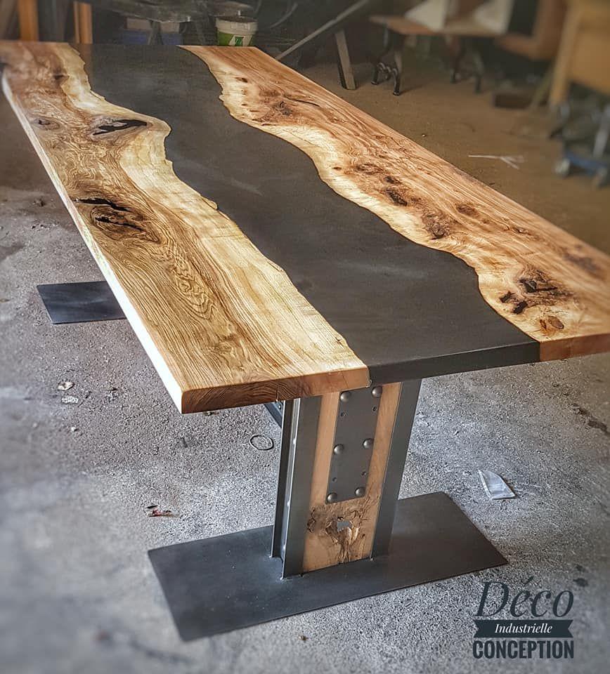 Table Riviere Industrielle Avec Resine Noire Et Bois Massif En 2020 Table Bois Massif Table Bois Table