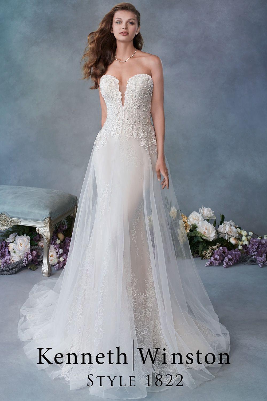 Photo of Funkelnde Spitze auf einem schlanken Brautkleid