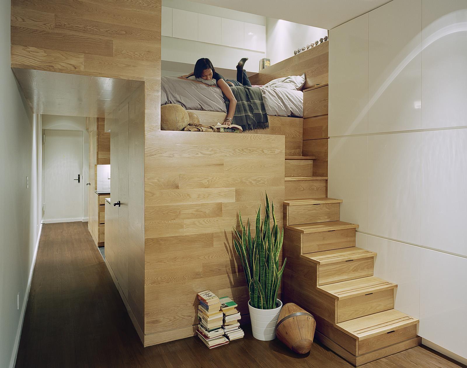 idée aménagement studio, escalier en bois massif et sol en ...