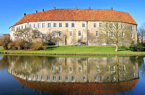 Schloss Burgsteinfurt, Steinfurt, Münster, North Rhine-Westphalia, Germany  http://www.castlesandmanorhouses.com/photos.htm  Spectacular Water castle