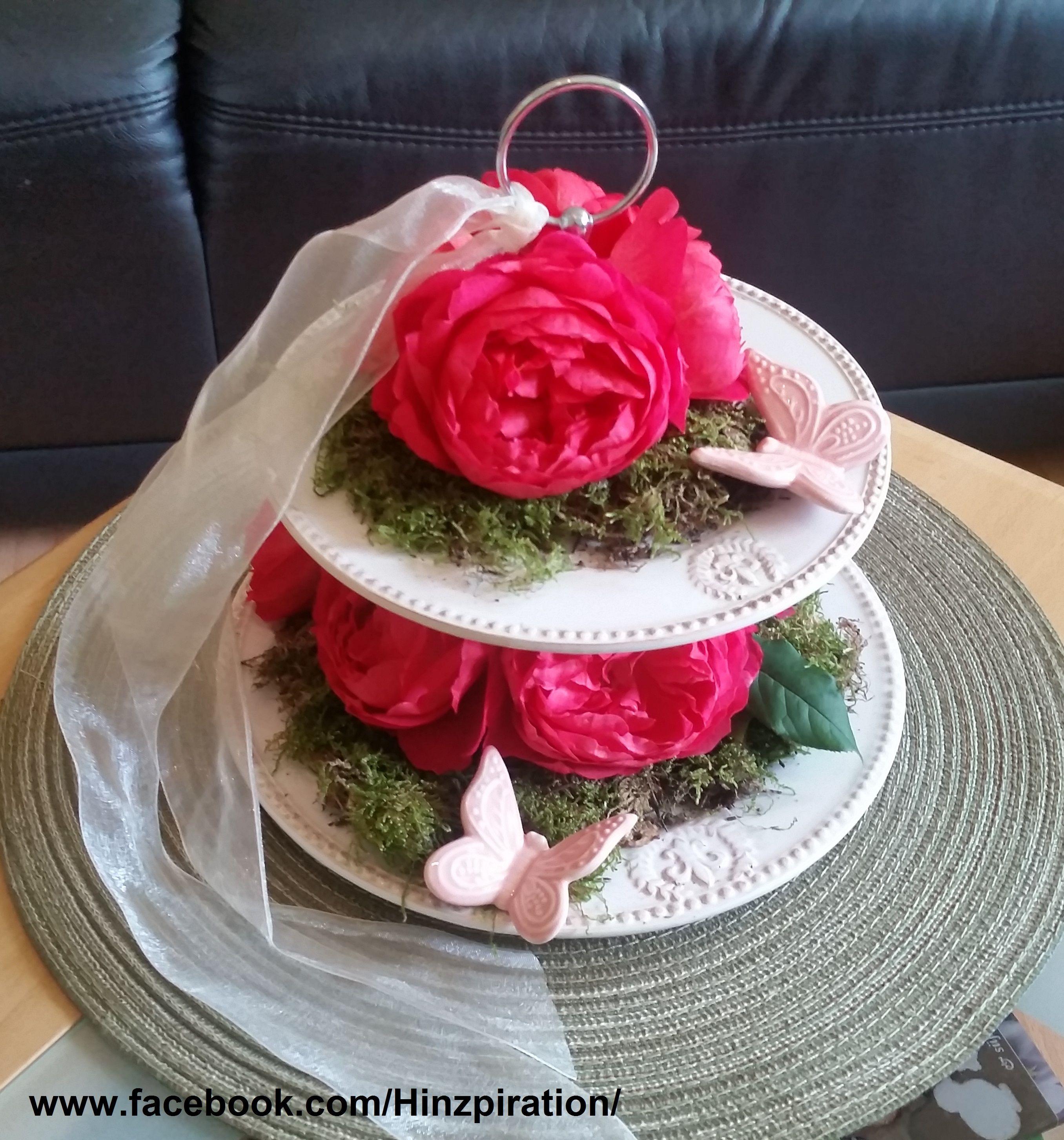 Photo of Tischdeko: Etagere mit Rosen und Schmetterlingen