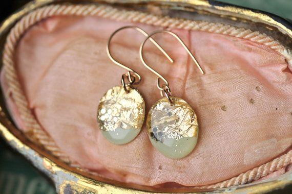 Ovale hars oorbellen zijn vervaardigd met mint groen hars, bladgoud en gouden glitter. Ze zijn ingewikkeld gemaakt in een scriptingregel proces