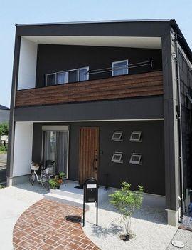 黒 茶色をベースとした色調にオシャレな屋根 周りの家と比べても