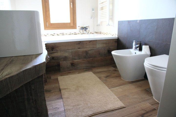 Bagno Uomini ~ Bagno rivestito con gres porcellanato effetto legno colore avana