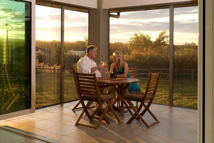 Die Gemeinsame Zeit Auf Der Terrasse Mit Windschutz Aus Plexiglas Geniessen Windschutz Terrasse Windschutz Raum Im Freien