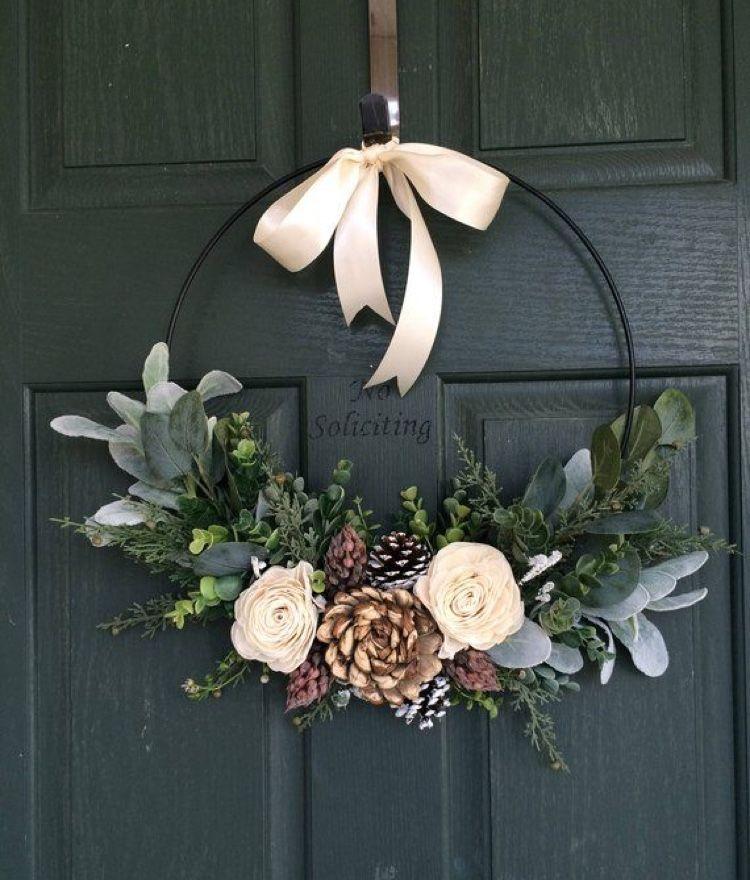 Love the simplicity of this wreath. I would also hang somewhere in my home. #blumenkranz haare #blumenkranz hochzeit #flower wreath wedding #hang #Home #Love #simplicity #wedding flowers #wedding flowers summer #wedding flowers white #wreath #wreath wedding