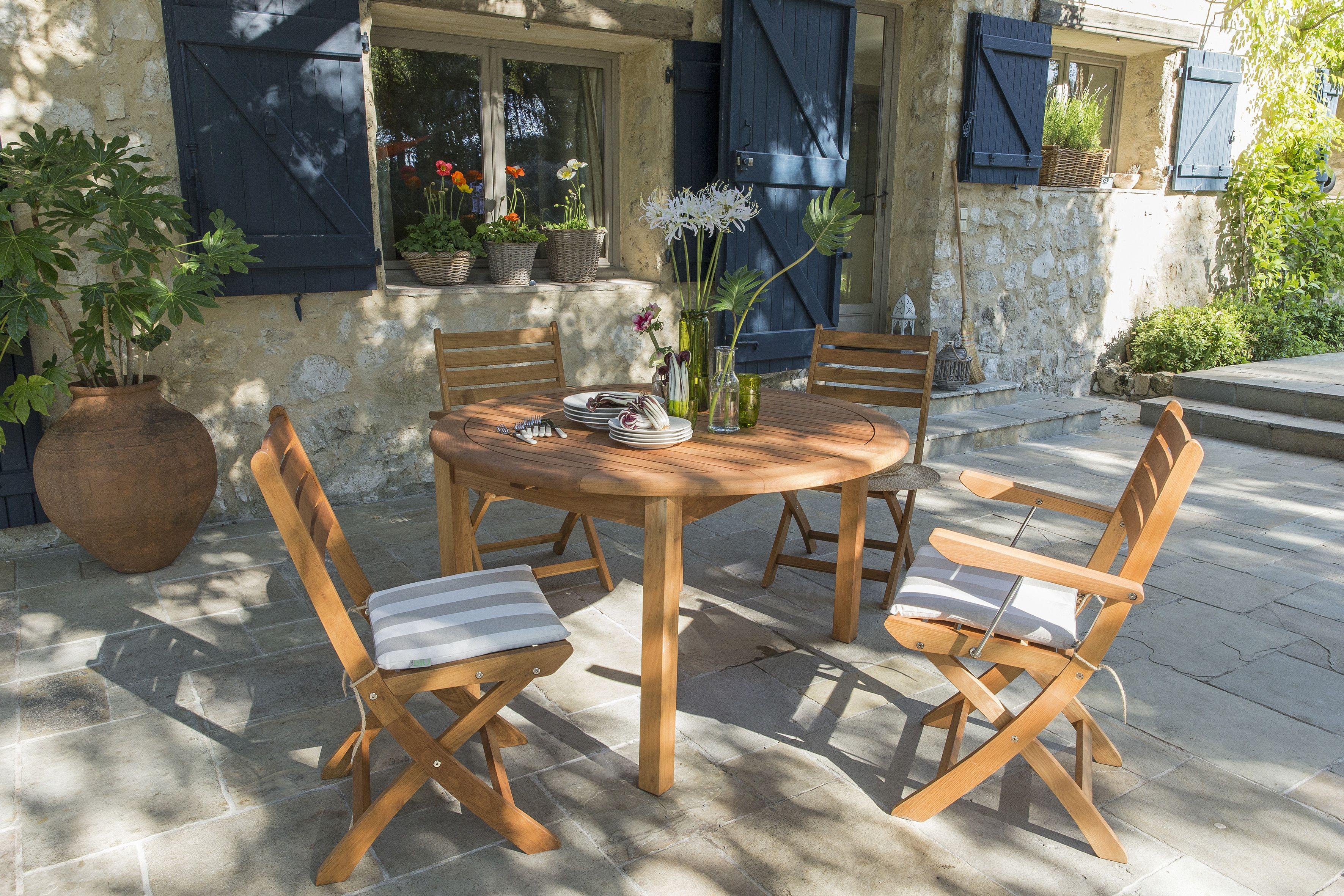 Une Table De Jardin En Bois Ronde Quand On Est Quatre Et Ovale