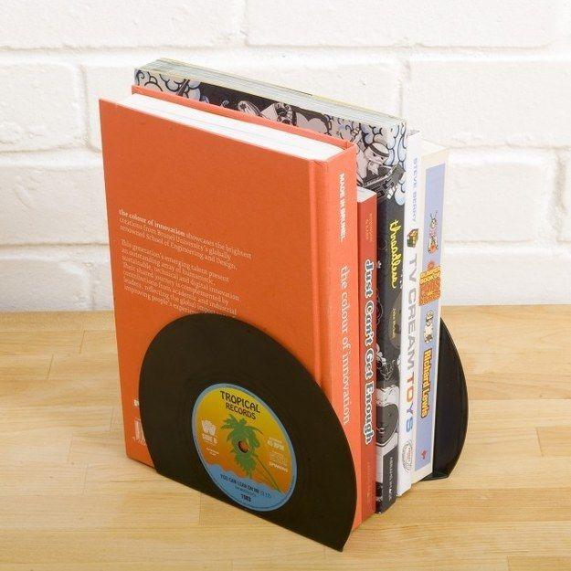 Livros ficam ainda mais organizados com esses suportes de vinil. | 25 objetos super fofos para organizar a sua casa