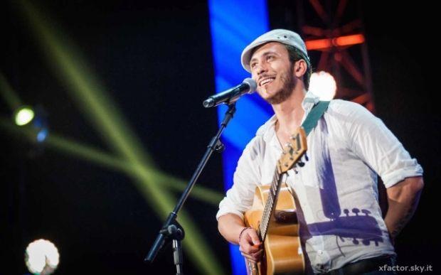 Santino Cardamone canta Amsterdam, un suo inedito e conquista, insieme alla sua chitarra e alla sua simpatia, il si dei quattro giudici.