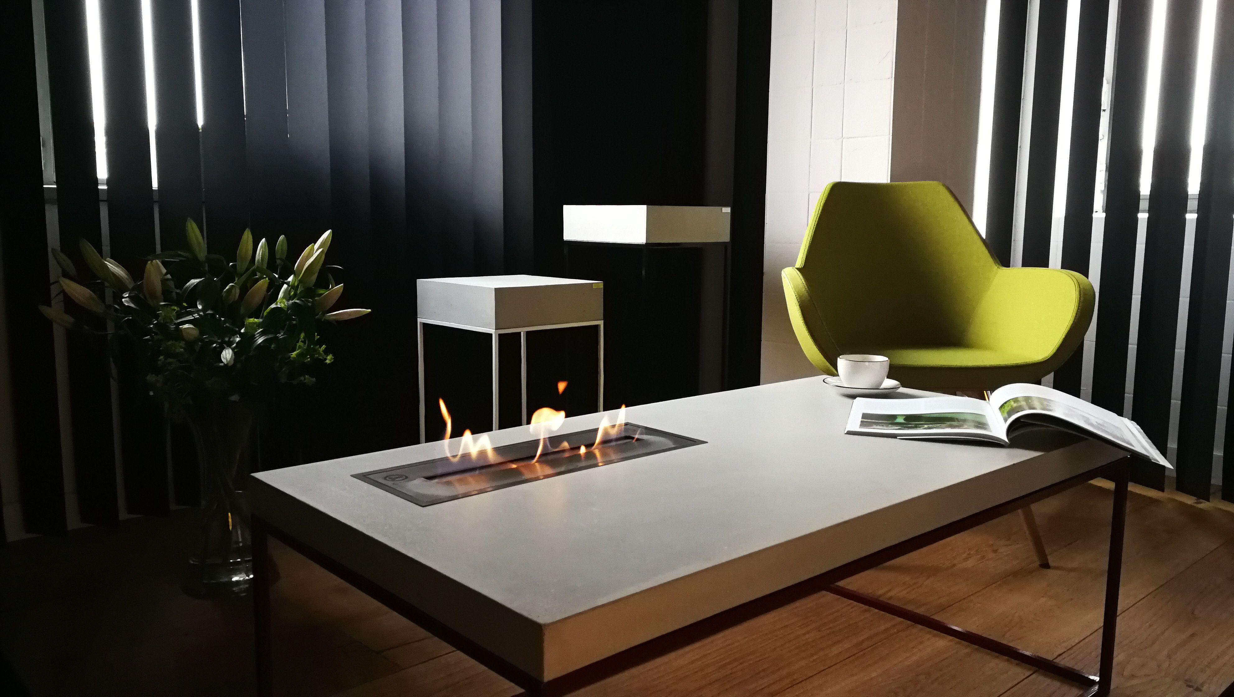 tabula cubicolo ignis | Kamintisch mit Stahlrahmen und Betonplatte aufliegend