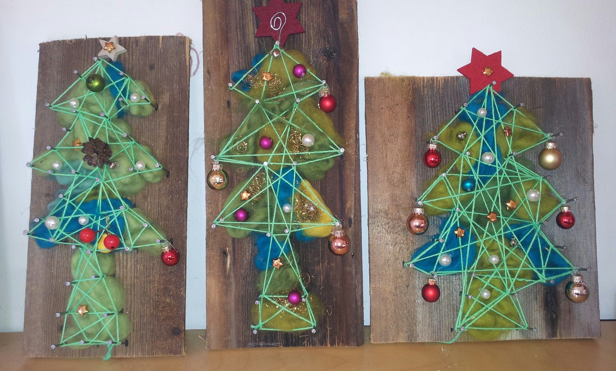 weihnachtsbaum christbaum auf einem st ck holz brett. Black Bedroom Furniture Sets. Home Design Ideas